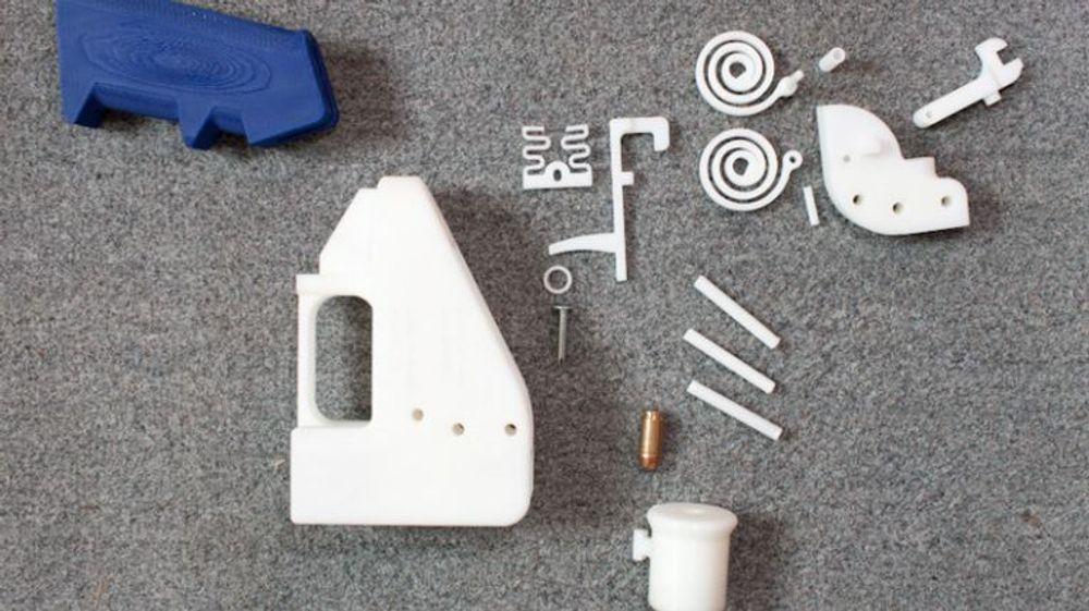 Tegningene til håndvåpenet Liberator, som hvem som helst med en 3D printer enkelt kan lage selv, ble fjernet fra nettsidene til Defense Distributed torsdag. Men amerikanske myndigheter vil slite med å fjerne tegningene helt fra nettet.