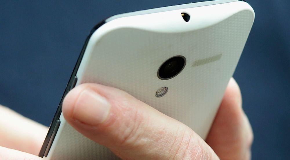 Googles styreformann Eric Schmidt klarte ikke å dy seg, da han nylig viste frem denne smarttelefonen «Moto X», som ennå ikke er lansert.