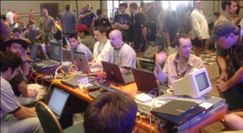 Hackere i kjent stil under Defcon 12 som ble avholdt tilbake i 2004, da FBI var hjertelig velkommen. Det er de ikke på årets konferanse, som går av stabelen 1.-4. august i Vegas.