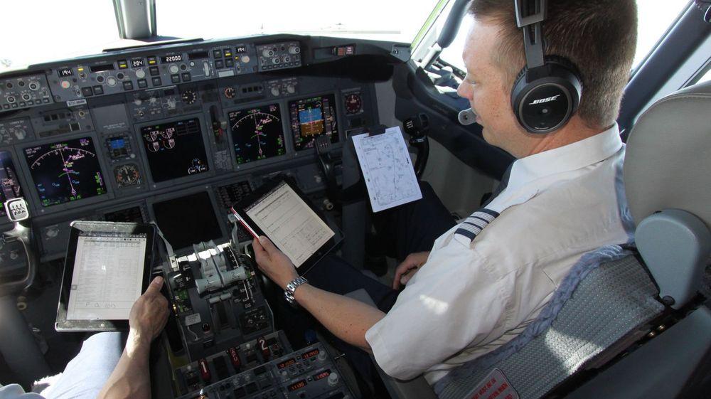 Flygerne i SAS kan omsider bytte ut tunge papirbunker med elektroniske hjelpemidler. Norwegian trekker på smilebåndet og ønsker dem velkommen etter.