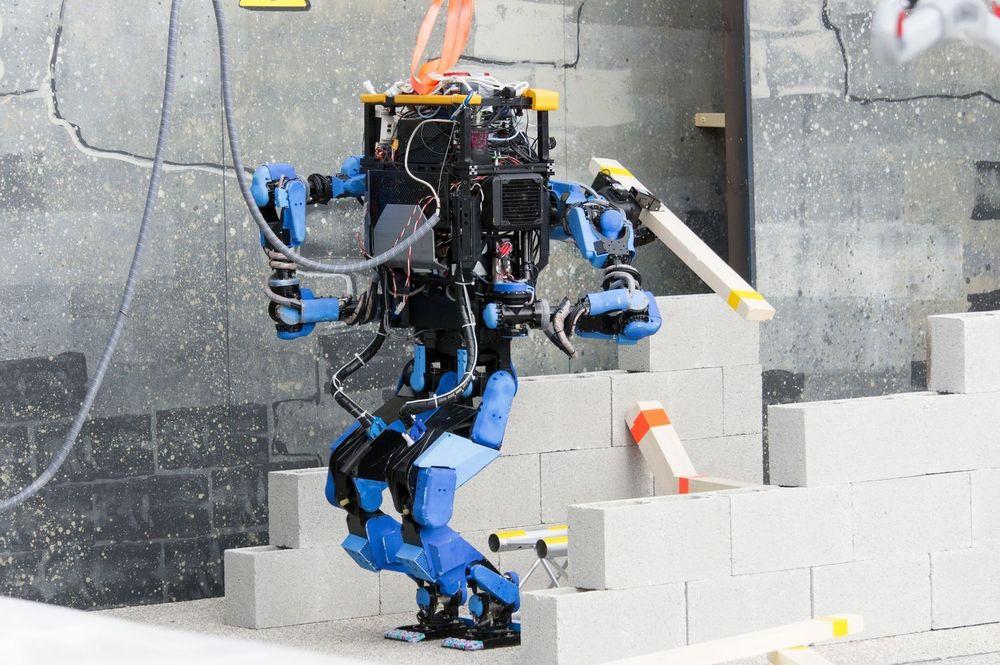 Roboter kommer i mange størrelser og fasonger. Selv de mest avanserte, som denne kalt SCHAFT, har svært begrensede evner utover helt spesifikke områder.