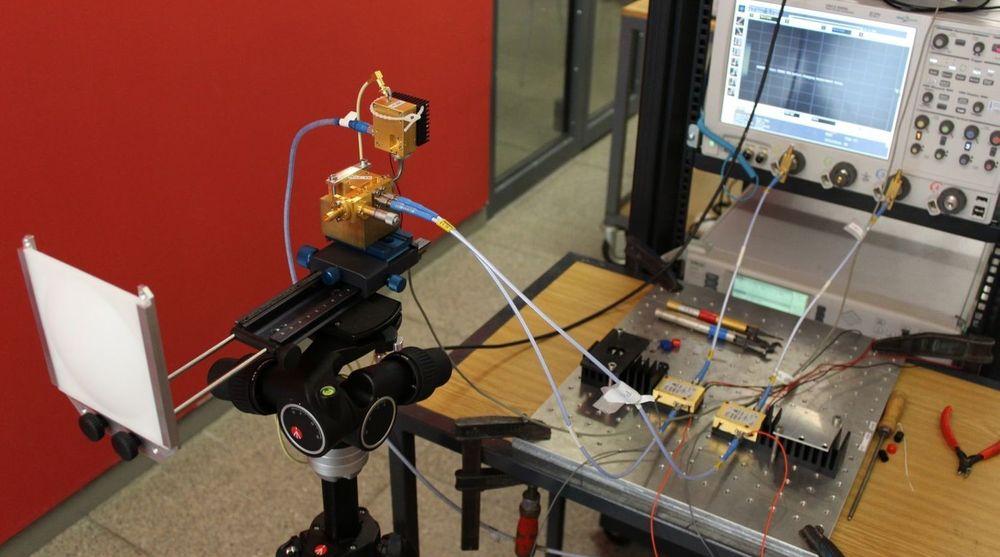 Denne mottakeren (til venstre) var i stand til å motta en datarate på 100 gigabit per sekund, trådløst over en avstand på 20 meter. Signalet ble deretter sendt videre til oscilloscopet til høyre.