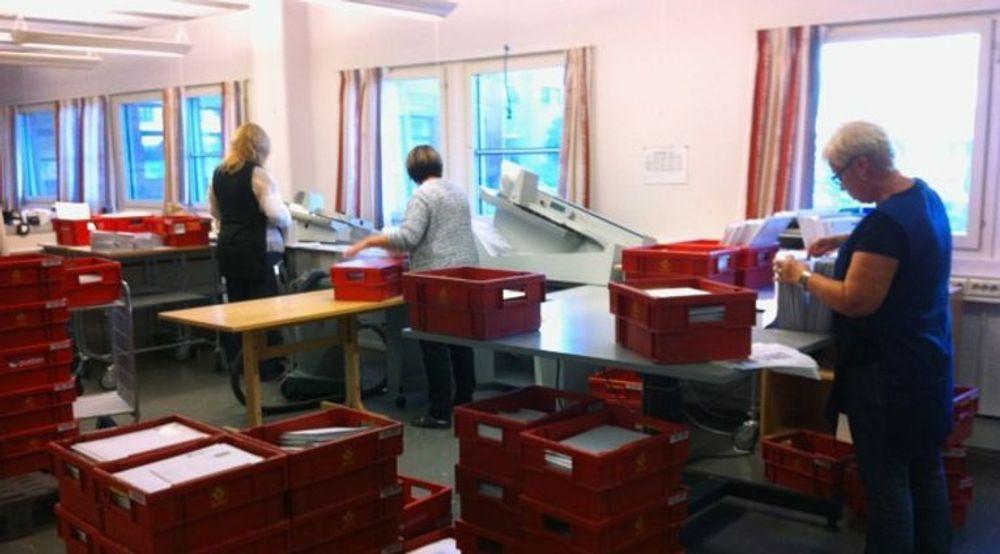 Dette bildet viser Nets-ansatte, betalt av Nav, som skanner innkomne brev. Mange av dokumentene er skjemaer brukerne selv må skrive ut, fylle ut for hånd, og sende til Nav i posten, melder NRK som tidligere denne uken presenterte saken.