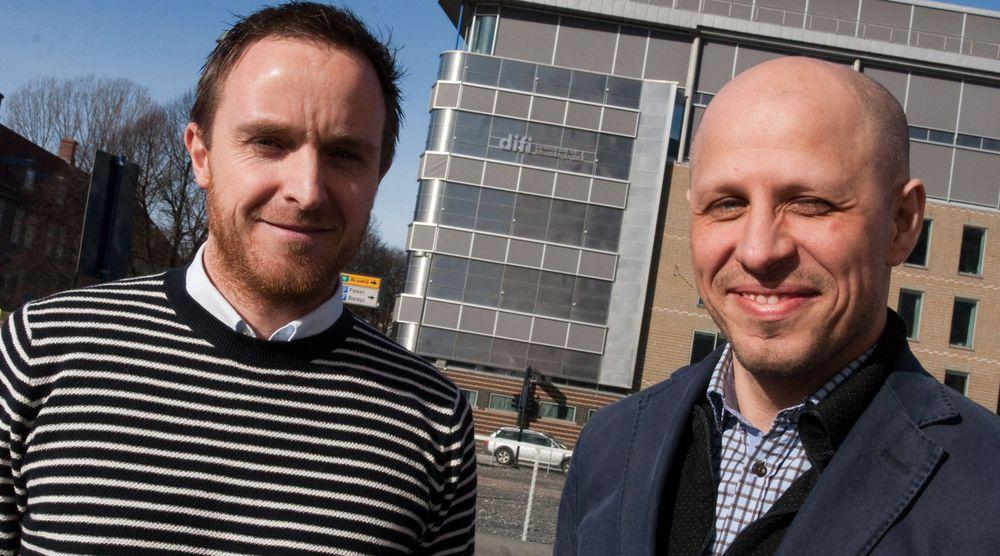 Daglig leder (fra v.) Christian Lundvang og markedssjef Jan Erik Johnson i Documaster. Begge håper at Difi (som holder til i bygget de er avbildet foran) og kommune-Norge vil fatte interesse for produktet deres.