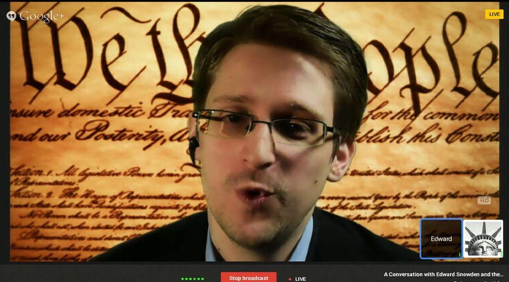 «We the People»… Med USAs grunnlov som bakgrunn lot Edward Snowden seg videointervjue fra Russland på South by Southwest-konferansen i Texas. Varsleren kom ikke med nye avsløringer. Han var opptatt av hvordan kryptering og andre teknologier kan fordyre og vanskeliggjøre masseovervåking.