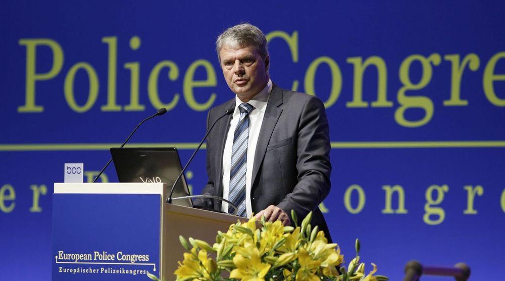 Direktør for European Cybercrime Center,  Troels Ørting, advarer mot å bruke overføre følsom informasjon via trådløse nettverk som man ikke vet om man kan stole på. Aller helst bør man nok benytte en nettverkskabel.