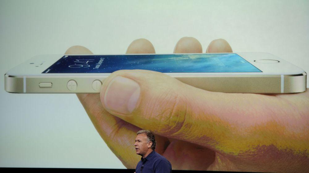 Markedssjef Paul Schiller i Apple viste frem den nye iPhone 5S - som blir levert med 64-bits brikke, betydelig forbedret kamera samt som ventet: fingeravrtykk-sensor. Det var med andre ord ikke store overraskelsene på dagens lansering.
