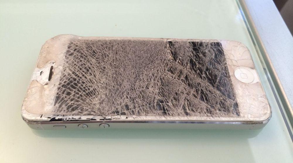 En skadd iPhone, angivelig etter et fall på to etasjer.