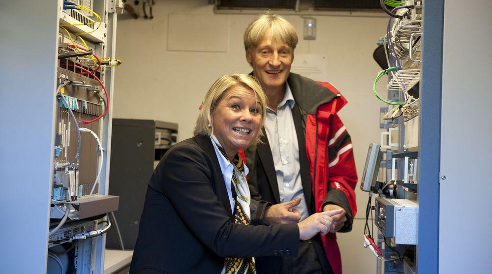 Næringsminister Monica Mæland erklærer i dag DAB-utbyggingen for ferdig. Statsråden trykket selv på knappen for å markere fullførelsen på Knappenfjellet i Bergen. Bak ser vi administrerende direktør Torbjørn Teigen fra Norkring.