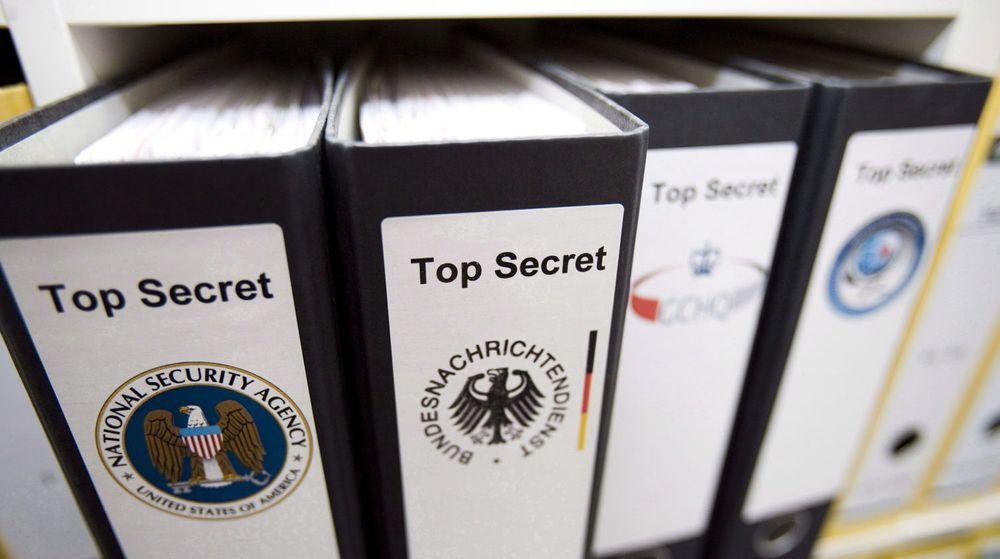Den tyske etterretningstjenesten BND (Bundesnachrichtendienst) samarbeider tett med amerikanske NSA, både når det gjelder bruk av metoder og utveksling av data. Det gjør også britiske GCHQ (Gouverment Communications Headquarters) og franske DGSE (Direction Generale de la Securite Exterieur), her illustrert ved permene i bakgrunnen.