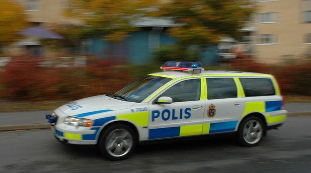 Teleoperatører blir truet av svensk sikkerhetspoliti hvis de ikke gir automatisk tilgang til kundens bruk av mobiltelefon og internett.