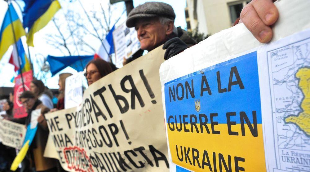 PÅ RANDEN AV KRIG: Ukrainere demonstrerer mot Russlands invasjon av Krim-halvøya. Bildet er fra en protestmarkering utenfor den russiske ambassaden i Paris søndag.