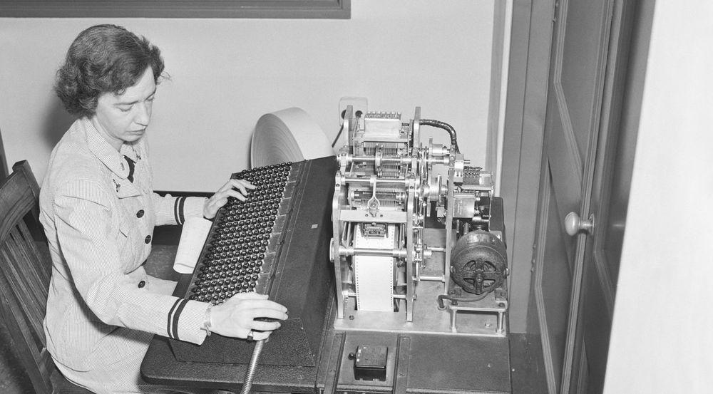 Grace Hopper fotografert den 5. august 1944 mens hun jobber med en manuell hullbåndmaskin, lenge før hun ble admiral.