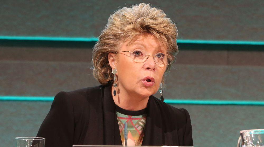 Viviane Reding og EU-kommisjonen er lite fornøyde med Apples manglende overholdelse av EU-lover om forbrukerrettigheter.