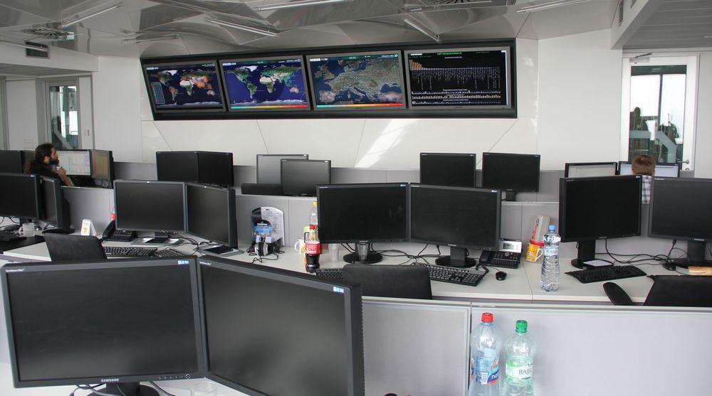 Et rolig øyeblikk i ESETs viruslab og operasjonssentral i Bratislava, som kalles for «Houston». Selv om dimensjonene nok er noe mindre enn NASA kommandosentral i byen med samme navn, er det også betydelige likheter. På de store skjermene kan vises oppdatert informasjon om utrulling av oppdateringer til antiskadevare-produkter, sikkerhetsrelaterte hendelser globalt og i Europa, samt en hel mengde intern statistikk.