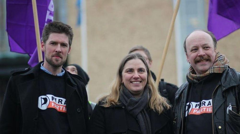 Det norske Piratpartiet tok tirsdag over rutingen av trafikk til The Pirate Bay fra sitt svenske søsterparti. På bildet ser vi styremedlem Øystein Middelthun i det norske Piratpartiet (t.v) og Anna Tronberg, som leder det svenske søsterpartiet. Til høyre: Partileder Geir Aaslid.