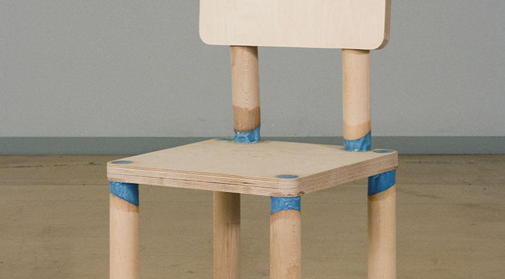 DRM-stolen er utstyrt med voksledd. Disse smelter og stolen klapper sammen når «bruksretten» opphører.