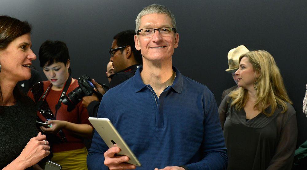 Apple-sjef Tim Cook med en iPad mini. Selskapets nettbrett selger for første gang færre enheter enn i foregående kvartaler.