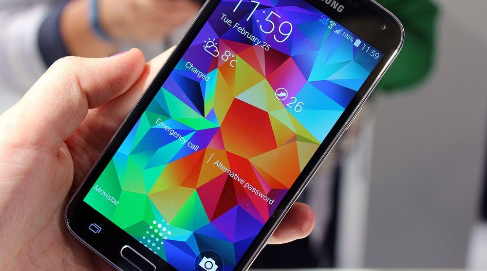 Samsung møter hard konkurranse i markedet for smartmobiler. Deres nyeste flaggskip Galaxy 5S klarer ikke å holde tritt med salget av Iphone 5S, som Apple lanserte i fjor høst.
