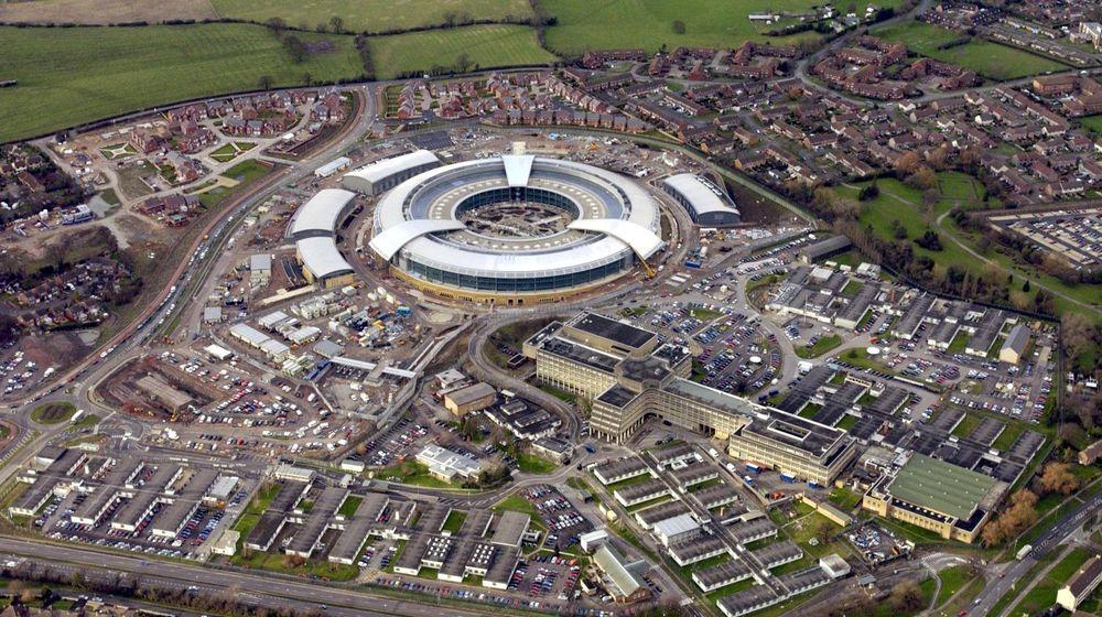 DEN STORE SMULTRINGEN blir anlegget kalt, hovedkvarteret til det britiske spionorganet GCHQ i Cheltenham i Gloucestershire.