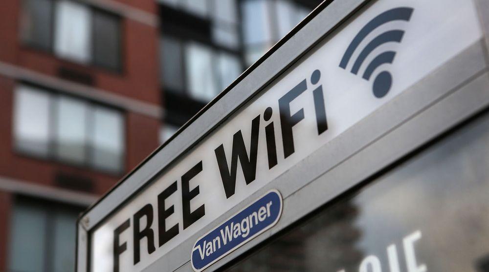Etterspørselen etter trådløs båndbredde vil tvinge fram stadig større WLAN-dekning, tror Juniper Research. Bildet viser en tidligere telefonkiosk i New York som er gjort om til aksesspunkt for trådløst internett.
