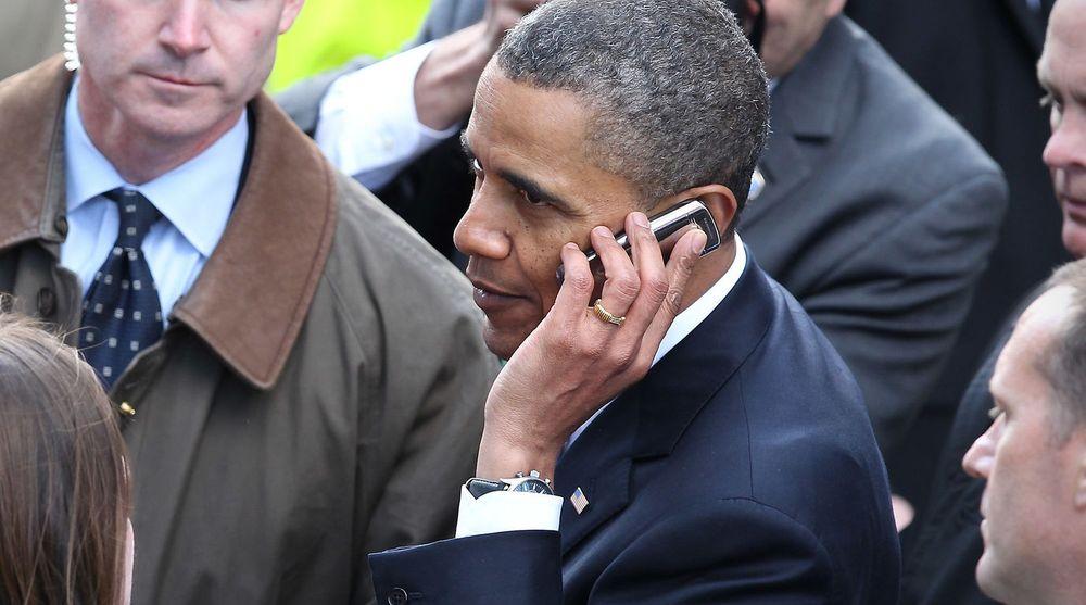 President Barack Obama får vanligvis ikke bruke andre mobiltelefoner enn sin egen BlackBerry, men her snakker han i mobiltelefonen til en i publikum under et arrangement i Dublin, Irland, i 2011.