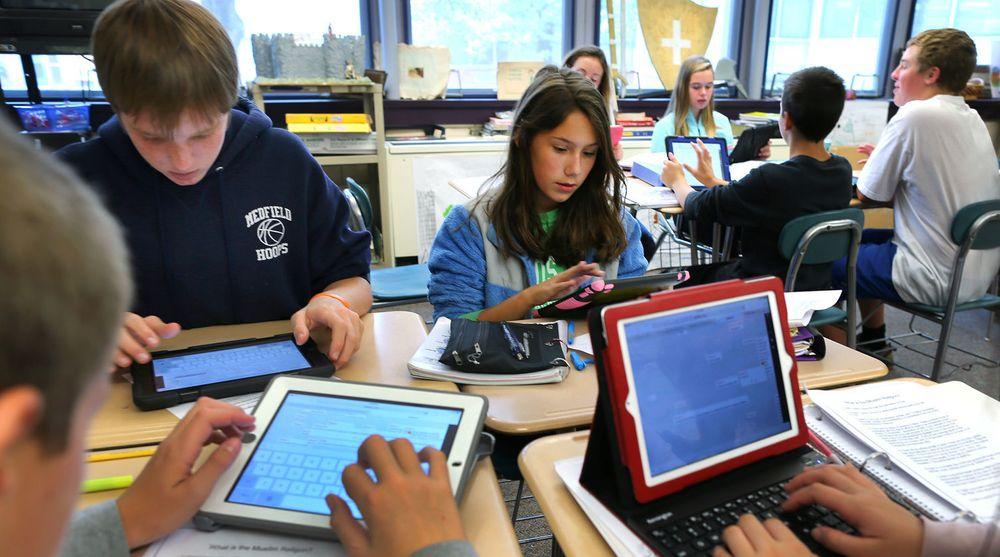 Mange norske kommuner er allerede i gang med bruk av nettbrett i skolen. Selv om det kan virke motiverende på undervisningen, viser årets PISA-undersøkelse at nettbrett fører til dårligere karakterer. NB!  Bildet er fra en amerikansk skole.
