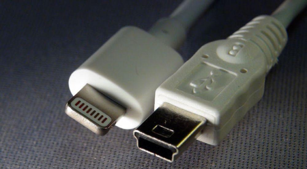 Mini-USB-pluggen til høyre (i likhet med USB-kontakter generelt) har en opplagt ulempe sammenlignet med Apples Lightning-kontakt som vi ser til venstre i bildet. Men allerede neste år skal USB-kontakten også bli vendbar.
