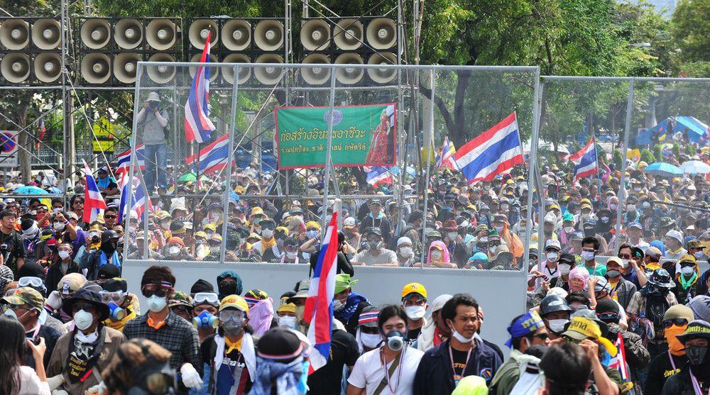 Lørdag 30. november angrep demonstranter flere offentlige kontorer, blant dem lokalene til CAT Telecom, der de slo av et knutepunkt for nettrafikk.