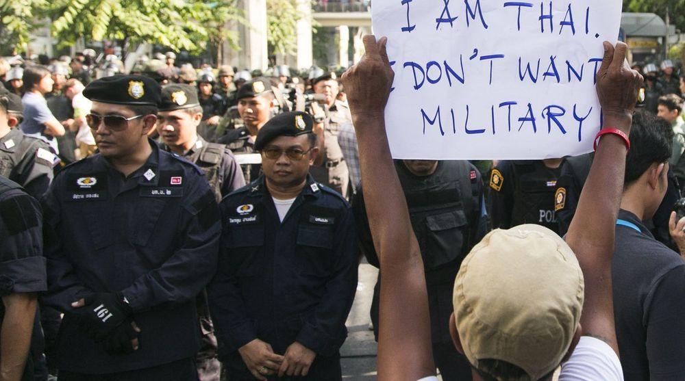 En ung thailandsk mann viser tydelig hva han mener om militærkuppet i Thailand. Bildet er tatt under en demonstrasjon i Bangkok i forrige uke.