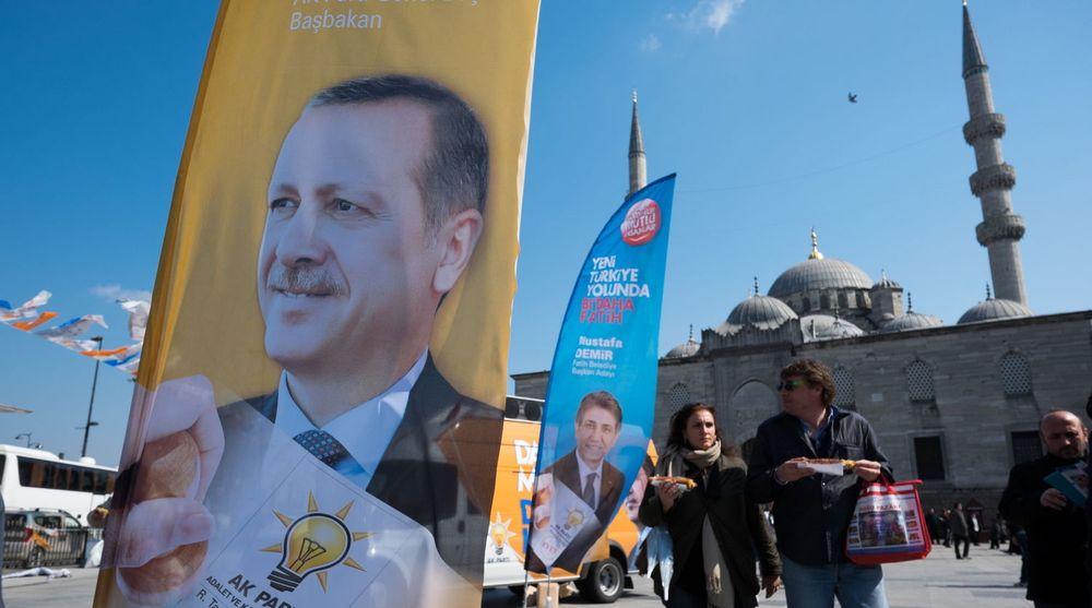Statsminister Recep Tayyip Erdogan på et valgbanner ved Eminönü-distriktet i Istanbul. Erdogan har sørget for å stenge tilgangen til en rekke sosiale medier etter en serie ubehagelig avsløringer for ham og regjeringen.