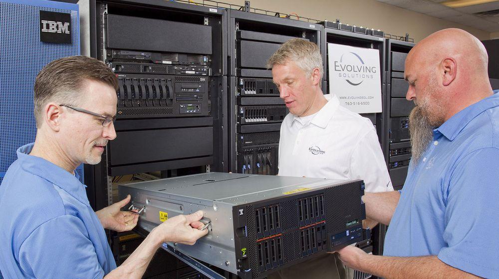 Kina kan finne på å røske ut IBM-servere fra landets nasjonale banker, ifølge Bloombergs kilder. Bildet viser det motsatte, at en IBM Power 840-server blir installert ved en bedrift i den amerikanske delstaten Minnesota.