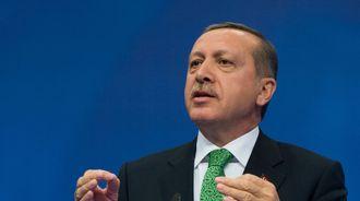 Tyrkias statsminister Recep Tayyip Erdogan på talerstolen.