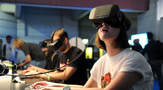I SIN EGEN VERDEN: Oculus VR har klart å skape mye blest rundt sitt ennå ikke lanserte virtual reality-headsett Oculus Rift, ikke minst blant spillere. Enn så lenge foreligger produktet bare i en versjon myntet på utviklere. Nå er oppstartbedriften solgt til Facebook.