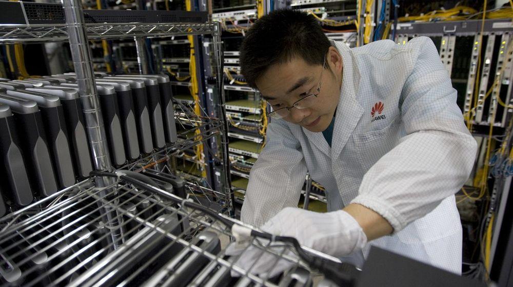 HACKET: Dette udaterte bildet viser en Huawei-ingeniør som driver vedlikehold på utstyr ved et anlegg i den sørkinesiske byen Shenzhen. Det var nettopp i Shenzhen at NSA lyktes med å infiltere selskapets interne datanettverk, ifølge avsløringer i Der Spiegel.