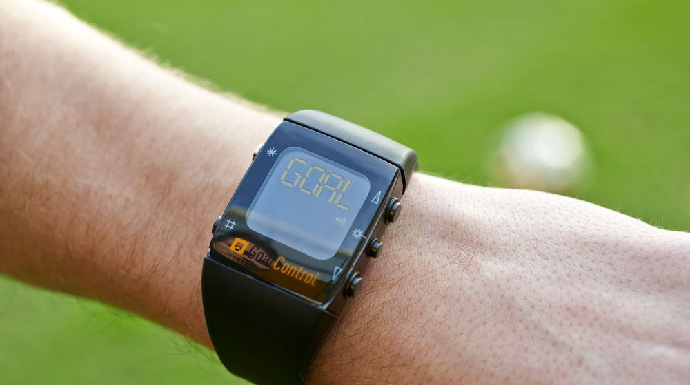 Fotballdommerne får under kampene i årets Fotball-VM i Brasil beskjed på en slik klokke dersom ballen har gått i mål. Det kreves at hele ballen er innenfor mållinjen.