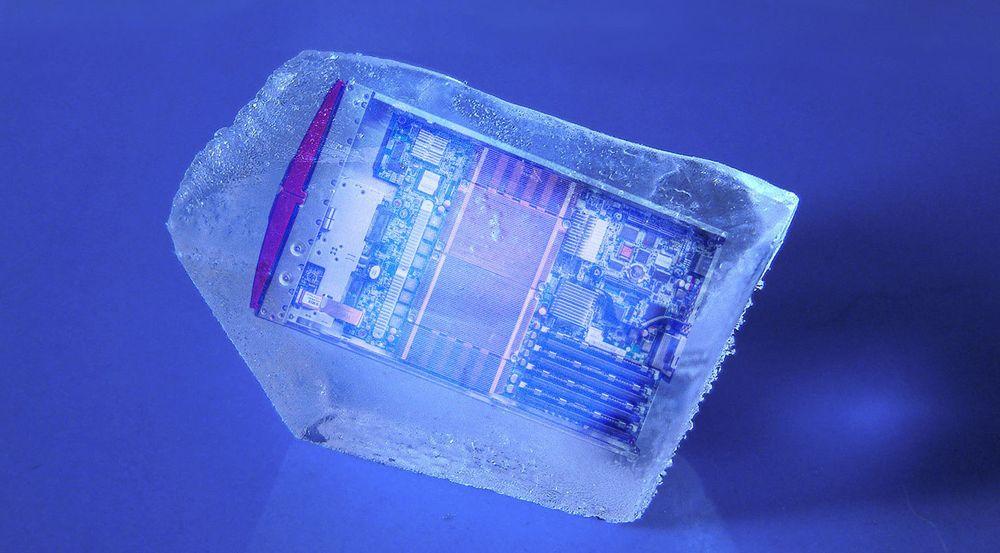 Kretsene i superledende datamaskiner må kjøles ned til svært mange minusgrader (Celsius) før den superledende effekten vil kunne oppstå. Hvor kaldt det må være, avhenger av  materialene som benyttes.