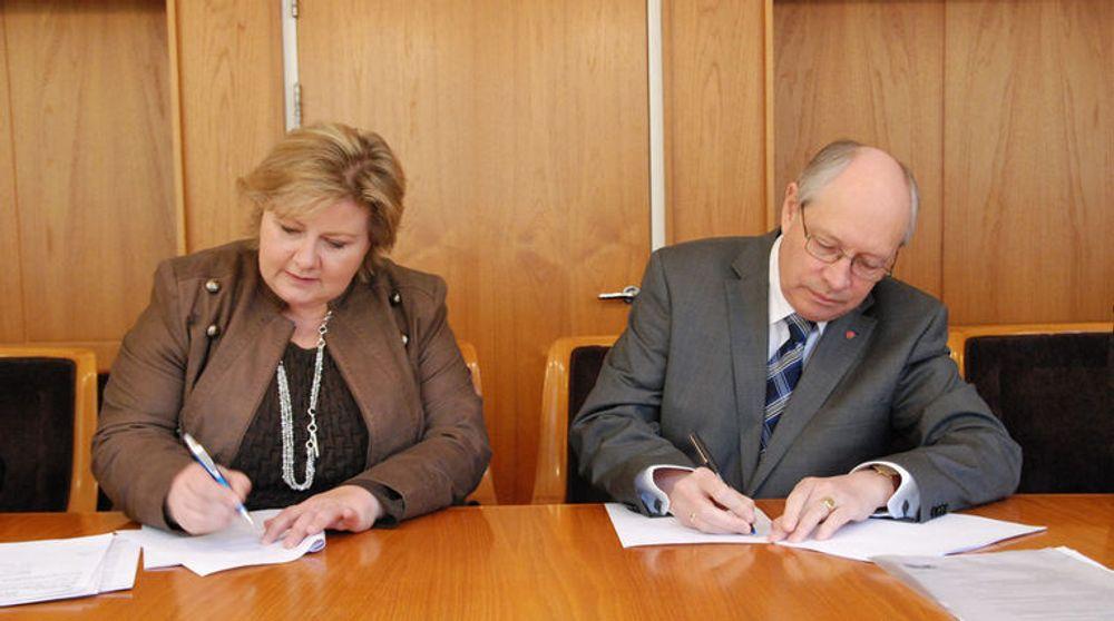 Høyre og Arbeiderpartiet gikk sammen inn for datalagringsdirektivet i 2011. Først nå har kostnadsanslagene kommet på bordet. Bildet er fra da Høyres leder Erna Solberg og Arbeiderpartiets parlamentariske leder Martin Kolberg ble enige om å innføre det omstridte direktivet.