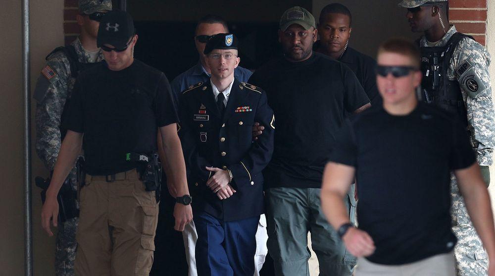 Bradley Manning blir ført ut fra retten etter å ha fått dommen.
