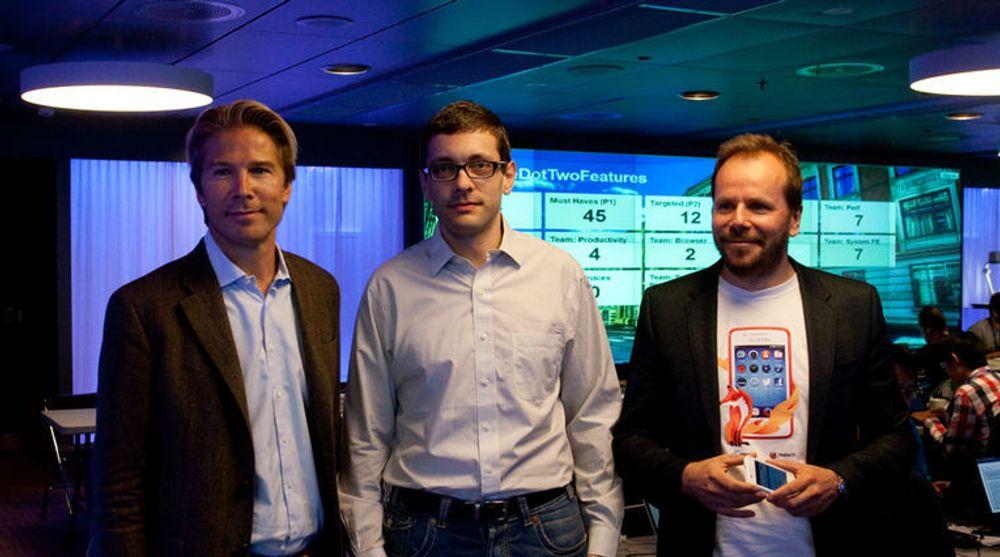 Mozillas nye teknologidirektør Andreas Gal (i midten), her fra et hackaton for Firefox OS hos Telenor på Fornebu i fjor høst. På bildet er han flankert av Rolv-Erik Spilling og Frode Vestnes, begge fra Telenor.