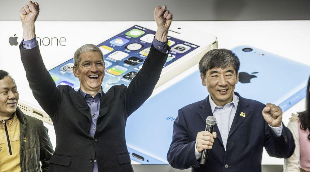 Apple-sjef Tim Cook har grunn til å juble, mye takket være solid vekst i Kina, deres nest største marked. Bildet er fra lanseringen av 4G-baserte iPhone 5s og 5c i Beijing i januar, sammen med China Mobile, verdens desidert største mobilselskap med over 700 millioner abonnenter.