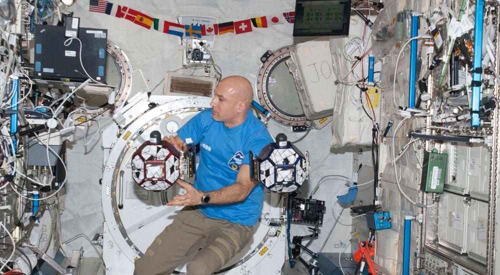 Astronauten Luca Parmitano inne i Kibo-laboratoriet i ISS, sammen med et par med SPHERES-enheter. Enhetene på bildet er utstyrt med hver sin smartmobil, men siden bildet er fra september i fjor, dreier det seg ikke om Project Tango-prototyper.