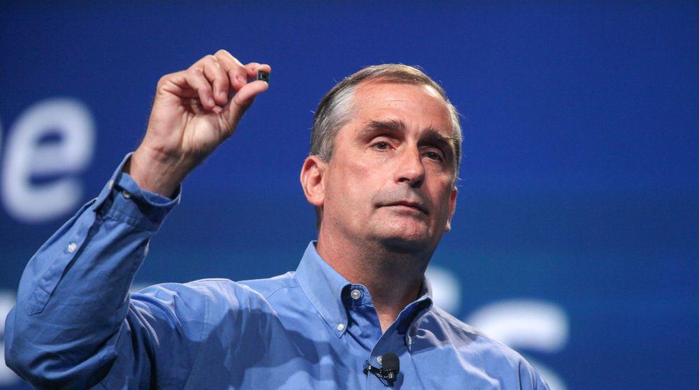 Intels toppsjef, Brian Krzanich, viser fram en knøttliten Quark-prosessor, som selskapet håper vil gjøre suksess i blant annet kroppsnære enheter. Den har kommet i salg, men for sent til å gjøre noe større utslag i forrige kvartals resultater.