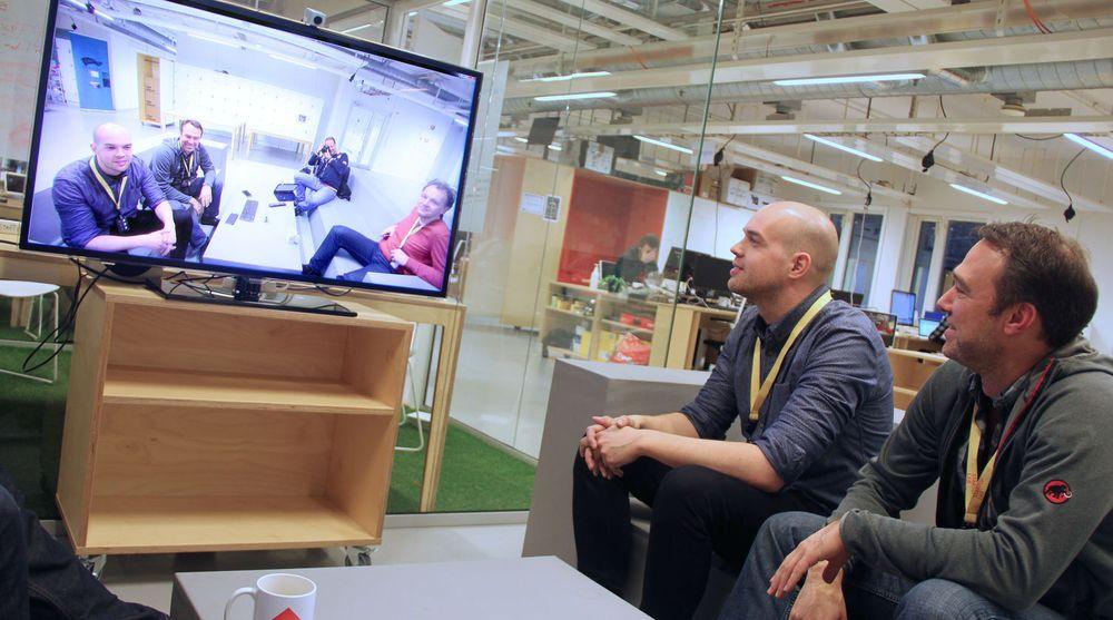 Selv de som sitter litt til siden for Kubicam-kameraet, kommer med på grunn av synvinkel. Fra venstre i sofaen sitter Stein Ove Eriksen og Anders Eikenes. Til venstre, utenfor bildet men synlig nederst til høyre på skjermen, sitter Per Einar Dybvik.