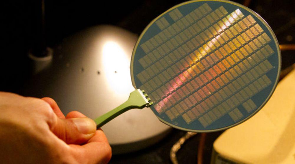 Denne skiven (wafer) inneholder små prosessorbrikker som tar i bruk karbon-baserte nanorør. Dette er et materiale som har potensial til å erstatte silisium i prosessorer, noe som kan gjøre dem både raskere og mer energieffektive.