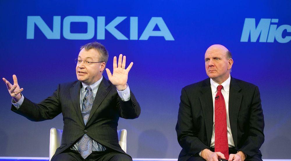 HÅVER INN: Nokia-sjef (fra v.) Stephen Elop regnes som en sterk kandidat til toppjobben i Microsoft, når Steve Ballmer etter planen går av i løpet av 12 måneder. Elop er sikret ny direktør-stilling, men også en pen slump når oppkjøpet går i boks.