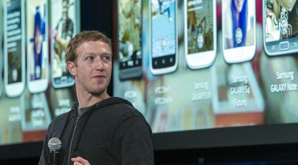 Mark Zuckerbergs og Facebook har lykkes å øke inntektene dramatisk på mobil. I årets fjerde kvartal kommer 30 prosent av selskapets inntekter fra nettopp annonser levert via smarttelefoner. Bildet er fra lanseringen av Facebook Home tidligere i år: Et av flere tiltak selskapet har for å tekkes stadig flere mobilbrukere.