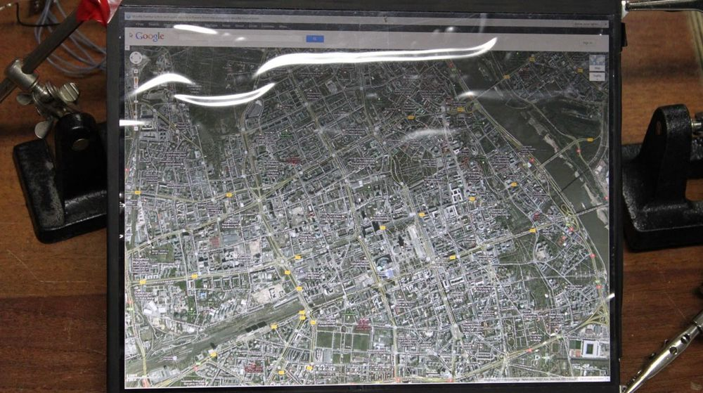 Mye informasjon på et lite areal. Her vises et satellittbilde fra Google Maps på den 9,7 tommer store skjermen etter at den har blitt koblet til en pc.