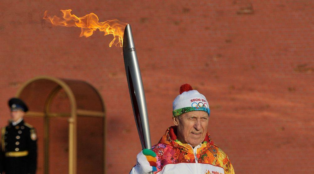 STOREBROR SER DEG: Søndag ankom OL-ilden Den røde plass i Moskva etter å ha blitt tent i Athen for en uke siden. Nå starter fakkelstafetten som skal ende opp i Sotsji - og det som blir tidenes mest overvåkede olympiske leker.