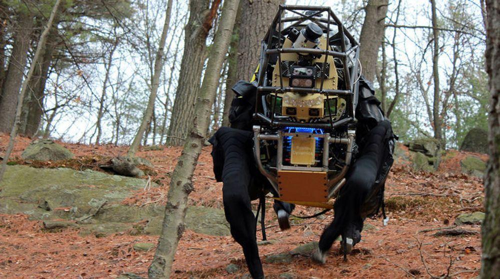 Boston Dynamics LS3 finner selv fram i ulendt terreng, og er omtrent umulig å velte.